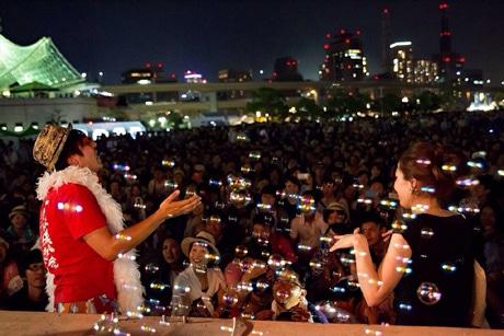 「第45回みなとこうべ海上花火大会」メリケンパーク常設ステージで歌う「ワタナベフラワー」(撮影=おはなさん)
