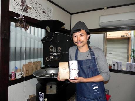オランダの焙煎機「GIESEN」の前に立つ店主のBUNNこと木村大輔さん