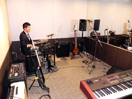 音楽スタジオでは個人練習や友人とのバンド演奏ができる