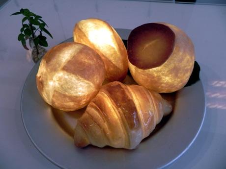 神戸の光るパン、本物のパンで作った照明作品「パンプシェード(Pampshade)」