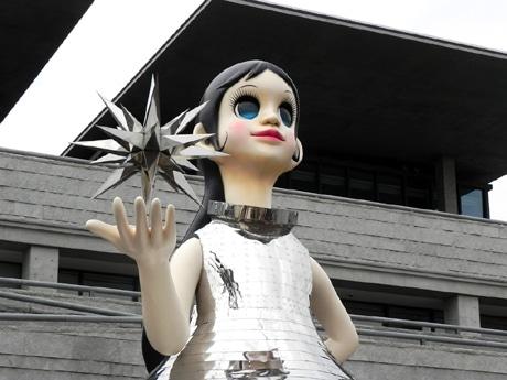 ミュージアムロードのシンボル・オブジェ「Sun Sister(サン・シスター)」の愛称は「なぎさ」