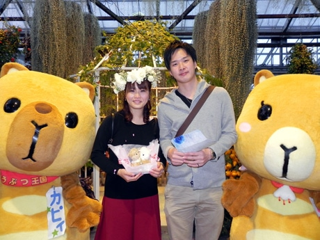 「神戸どうぶつ王国」でサプライズプロポーズをした津田泰誠さんと細川みやびさん