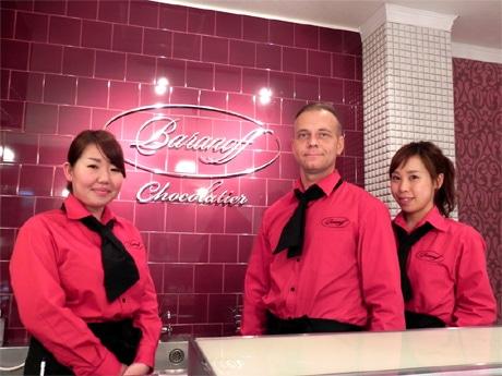 チョコレートブランド「Baranoff(バラノフ)」代表でショコラティエのバラノフ・キリルさん(中央)