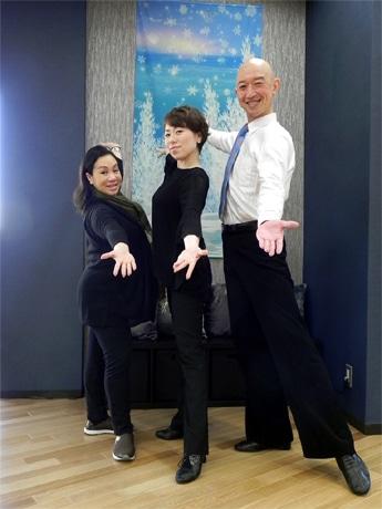 左から「アーサー・マレー ダンススクール」オーナーのスーザン・三井さん、講師の福田訓子さん、林信行さん