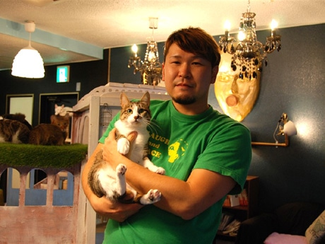 「cat cafe MIACIS 神戸元町店」の伊藤秀也店長と「cat cafe MIACIS」第1号猫スタッフのさつき