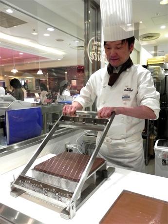 ゴンチャロフ入社36年の坂本雄一店長による生チョコレートの実演