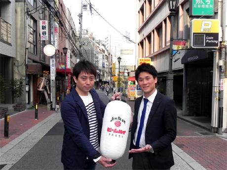 ビームハイのちょうちんを持つ発起人・「サントリー酒類神戸支店」の藪内翔太さん(右)と参加店「鶏屋 ぜんろく 元町店」店主の山内圭二さん(左)