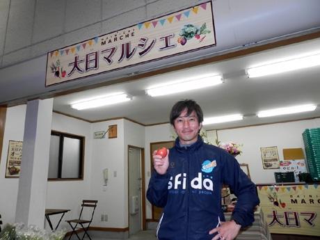 「大日マルシェ」の販売を請け負っている藤木鉄平さん(サッカースクール クレセル代表)