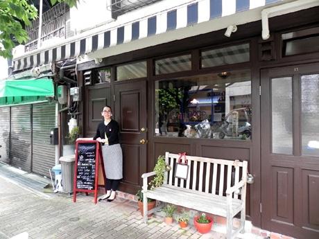紅茶専門店&カフェ「Tearoom CoCo.(ティールーム ココ)」前に立つ店主の山上貴子(やまかみたかこ)さん