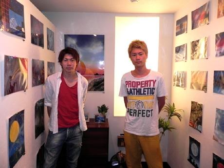 スプレーアートアーティストの山本剛之(通称=剛之)さん(右)と片山大輔(通称=Daisuke)さん(左)