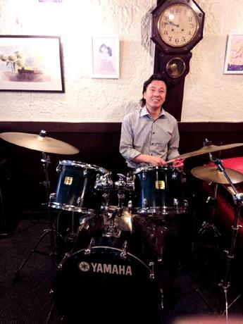 老舗喫茶店「CAFE DE J'AIME(カフェ・ド・ジェーム)」にあるドラムをたたくマスター小西淳さん