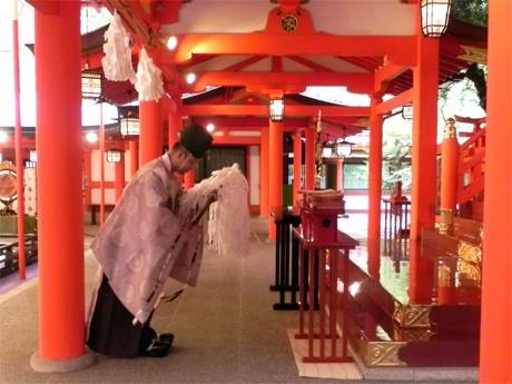生田神社の権禰宜(ごんねぎ)・安部初男さんによる「date.KOBE」ロゴ入り七夕短冊お祓いの様子