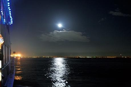 観光船「ファンタジー号」からのお月見