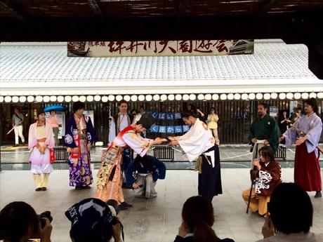 熊本城おもてなし武将隊の加藤清正へ義援金を渡す神戸・清盛隊の平清盛