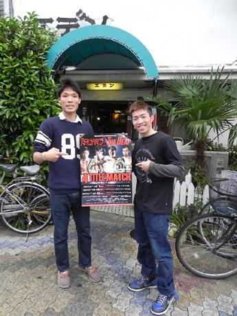 行きつけの喫茶店「エデン」の前で記念撮影に応じる久保隼選手(左)と山中竜也選手(右)