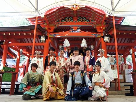 生田神社の神主・酒井康博さんと巫女(みこ)が神戸・清盛隊と記念撮影