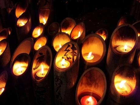 さまざまなメッセージが書き込まれた竹灯籠