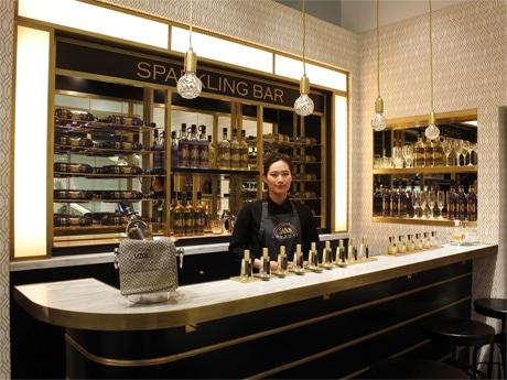 スタッフがソムリエのように一人一人に合った香りを選ぶバーカウンターのような「テイスティングコーナー」