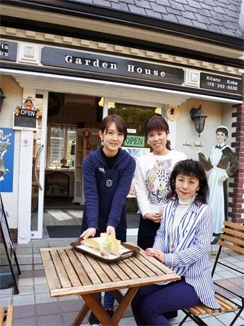 異人館うろこの家グループの企画・広報ディレクター・崎原朝香さん(右)と物販責任者・勝川真衣さん(中央)