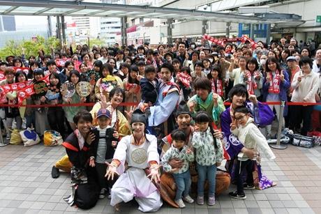 「ミント神戸」2階デッキ特設ステージでのインストアライブに集まったファンらと記念撮影する神戸・清盛隊