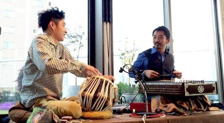 昨年4月にフレンチレストラン「野菜ビストロ レギューム」で共演したサントゥール奏者・新井孝弘さん(右)とタブラー奏者・中尾幸介さん(左)