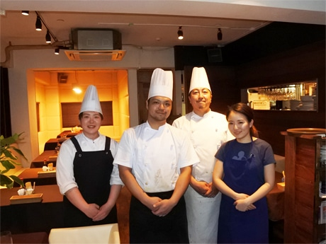 「洋食dining QUATTRO(クアトロ)」オーナーシェフの小川春樹さん(右から2番目)と同店スタッフら