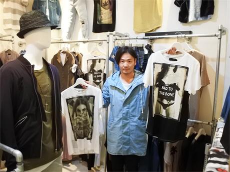 「RELIGION(レリジョン)」のTシャツを持つ「LANDERBLUE(ランダーブルー)」店主の福田人之さん