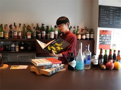 アート・デザイン系の書籍が読めるバー「書庫バー」店主兼画家の西脇裕博さん