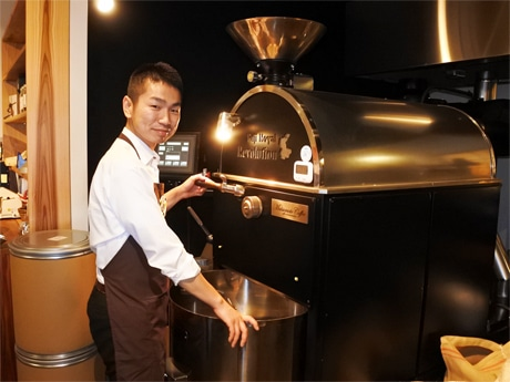 自家焙煎コーヒービーンズショップ「LANDMADE」代表で焙煎士の上野真人さん