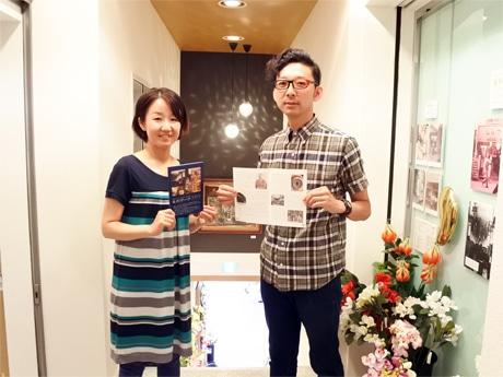 毛利マーク100年史を紹介する藤井淳史社長と妻・美香さん