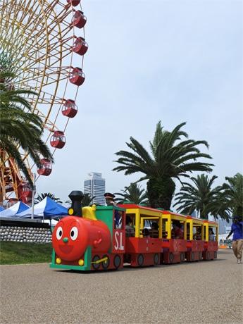 「神戸アンパンマンこどもミュージアム&モール」南側の遊歩道や「umie MOSAIC」大観覧車横の広場を走るロードトレイン「SLマン」 &copyやなせたかし/フレーベル館・TMS・NTV