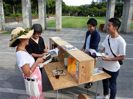 都市公園の図書館「アウトドアライブラリー」で読書を楽しむ人たち