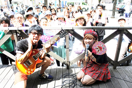 「KOBE Harbor Carnival 2017」のプレイベントに集まったファンと記念撮影するRinanaさん(右)