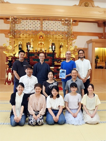 同実行委員の安養寺の僧侶、神戸芸術工科大学の学生、フェリシモ「おてらぶ」関係者ら