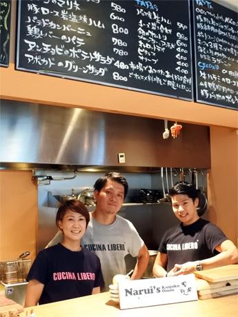 店主の岡崎健太さん(中央)、スタッフのHammarさん(左)とLINさん(右)