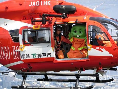 神戸上空をJA01HK(神戸市航空機動隊)のヘリで飛行するガチャピン ©FUJITV KIDS