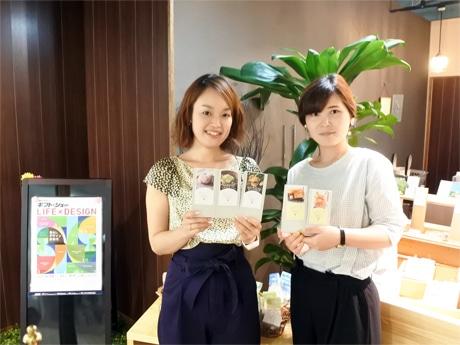 新パッケージを持つ「Herb Laboratory(ハーブラボラトリー)」ブランド責任者の泉佑佳さん(左)