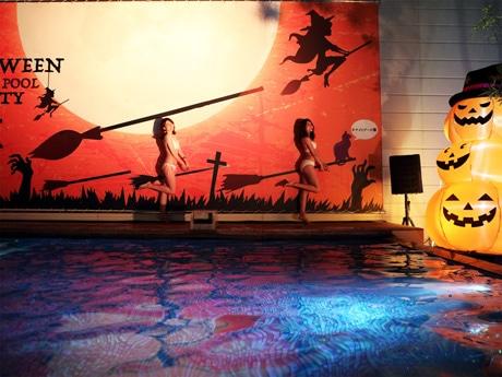 「ハロウィンナイトプール」のフォトスポットでは、魔女のほうきに乗っているように撮影できる。