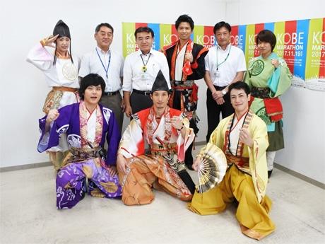 神戸・清盛隊の平清盛、重盛、知盛、重衡、敦盛、GIONの6人が神戸マラソン実行委員会事務局を表敬訪問した。