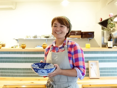 野菜家庭料理「ごはんや ももんち」店主の山仲桃子さん(通称=ももちゃん)