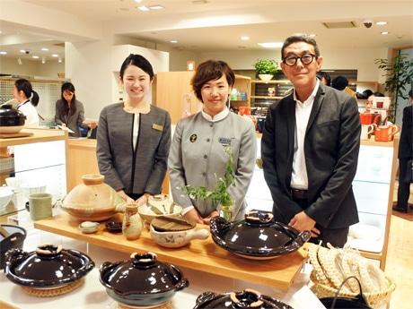左から、ゆいツアーデスクコンシェルジュの大角尚子さん、アテンダントの高瀬静香さん、高井興産の高井学社長