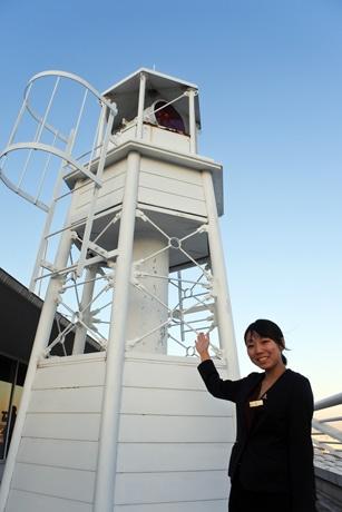 「ホテルに建つ公式灯台」を紹介する「神戸メリケンパークオリエンタルホテル」マーケティング部の仲智鈴さん