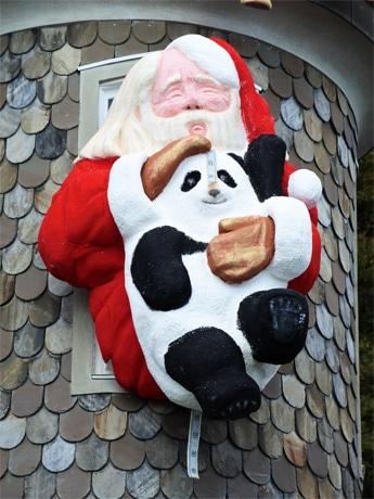 「引っ張らないでよ…あっ見えちゃった」、今年の「世相サンタ」の隠れキャラには暴言の元議員も?
