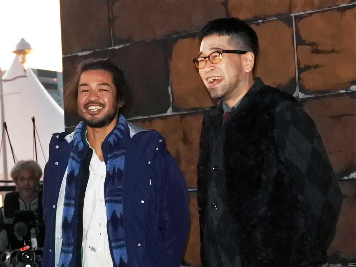 クリスマスツリー点灯式に参加した歌手・槇原敬之さんと主催者の西畠清順さん