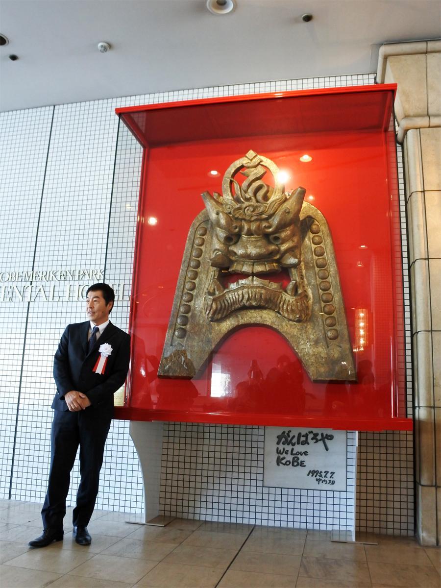 除幕された「神戸メリケンパークオリエンタルホテル」正面玄関東側の「鬼瓦 阿形(あぎょう)」と同ホテルの総支配人・荒木潤一さん