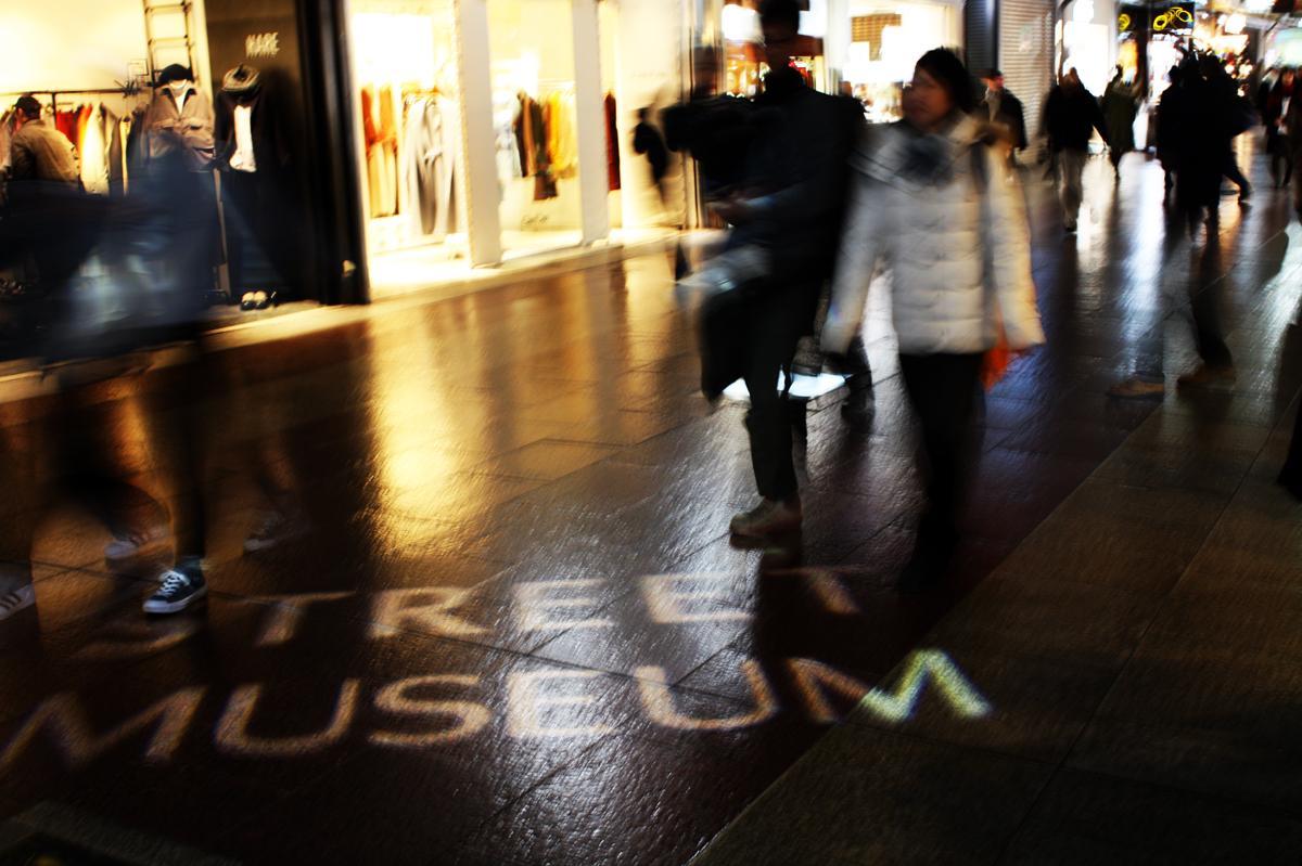動く照明と音楽で演出する常設「ナイトミュージアム」