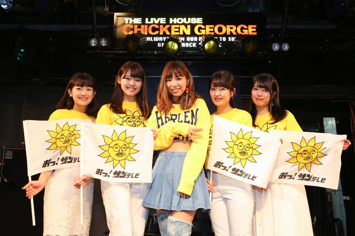 Rinanaさん(中央)と48期サンテレビガールズ(左から中村葵さん、榎彩聖さん、森彩華さん、佐々木実結さん) 撮影=キシノユイさん