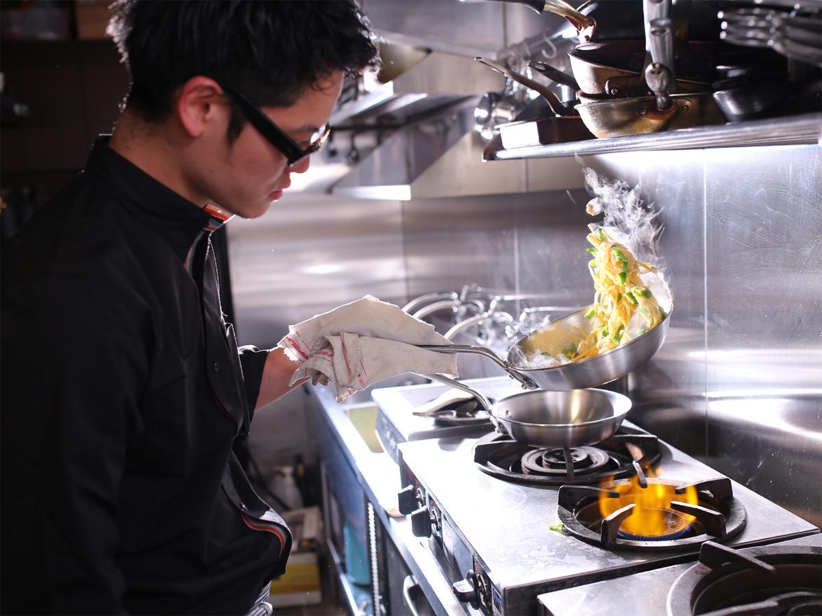 生パスタを調理するイタリアン「KNOT(ノット)」の藤葉恭平シェフ