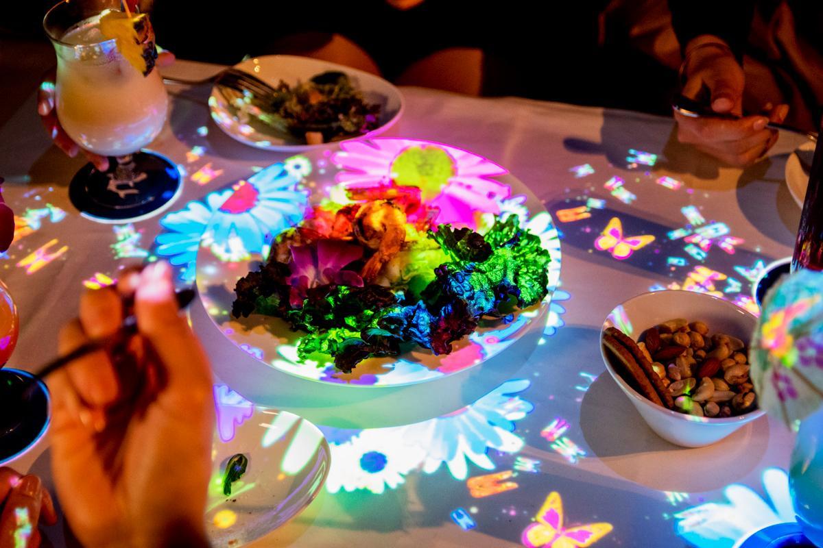 飲食店向けのインタラクティブサービス「LOVE TABLE(ラブ テーブル)」でテーブルに置かれた料理を映像演出する