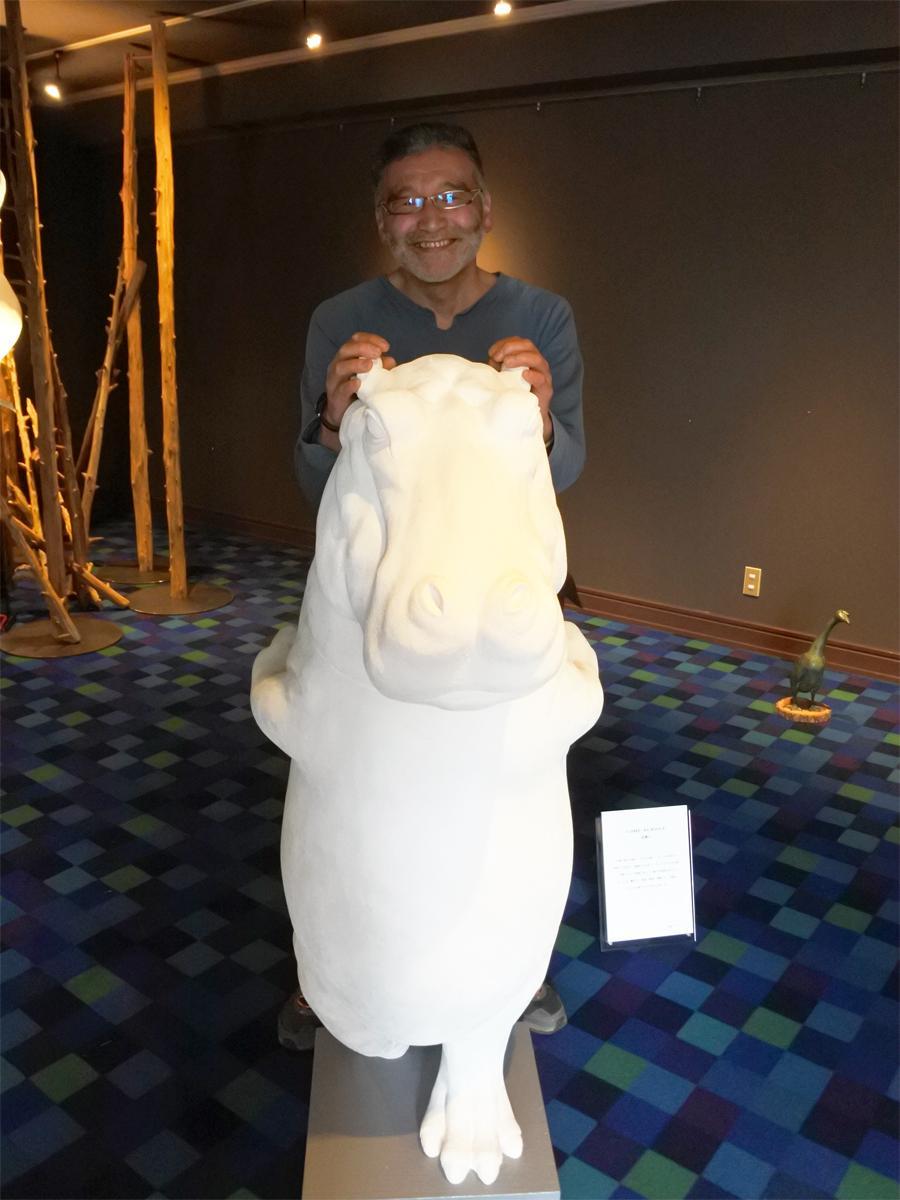 「うろこ美術館」のカバと立体造形作家・松浦つかささん